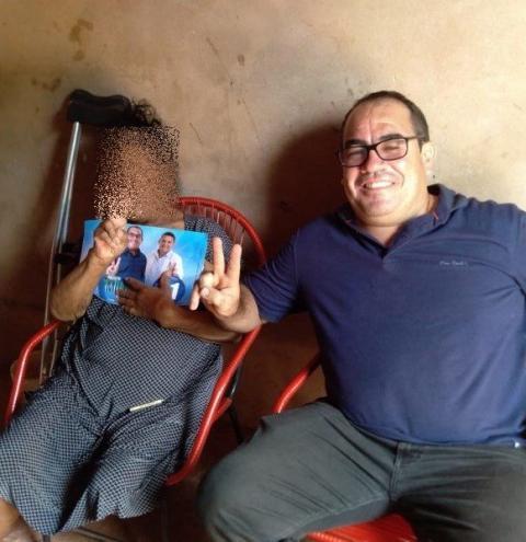 Foto de eleitora com dinheiro no colo ao lado de candidato a prefeito Amiltinho, de Gilbués, viraliza nas redes sociais
