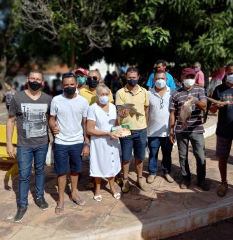Famílias carentes de Barreiras do Piauí recebem alimentos da prefeitura
