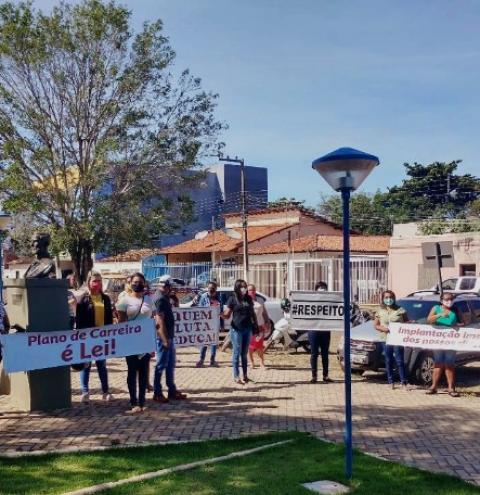 Profissionais da Educação de Corrente realizam protesto por direitos não reconhecidos pela gestão municipal